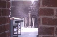 Ziegelwand alt Fabrik Style-378  Durch einen Durchbruch gesehen im Vordegrrund die  ZIEGELWAND   -376