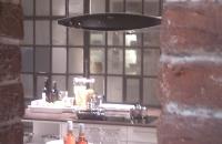 Ziegelwand alt Fabrik Style-378  Durch einen Durchbruch gesehen im Vordergrund die  ZIEGELWAND   -379