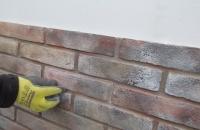 brick-london-detail-einsetzen-der-einzelziegel-in-das-paneel