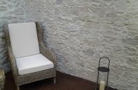 Wintergarten mit Holzboden  und Steinwand   Marsalla, Mediterrane Steinwand