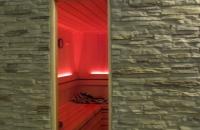 sauna-steinwand-versailles-mit-glasausschnitt-klein