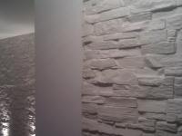 steinwand-modern-in-mietswohnung-bari-weiss