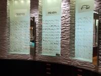 Runde  Steinwand mit Säulen und  mit Brillen bestückt