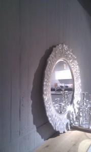 Betonpaneel conrete in grau gestrichen  - untermalt das Pult in seiner Schönheit