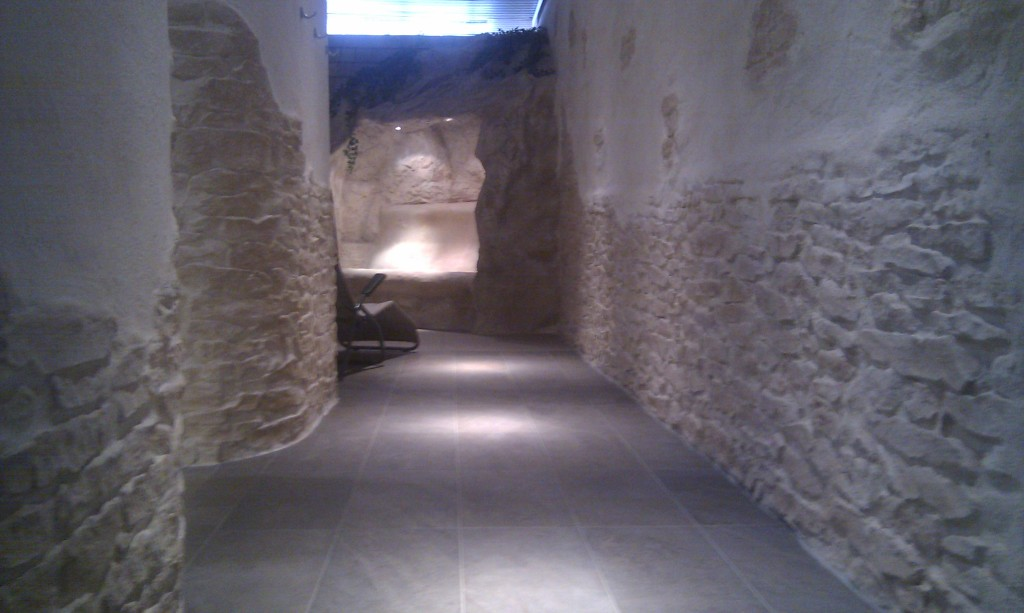 Modell Steinpaneel Canonau wurde  im Gangbereich und an der Saunawand eingesetzt