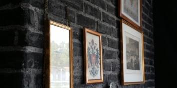 Ziegelwand schwarz mit Bildern